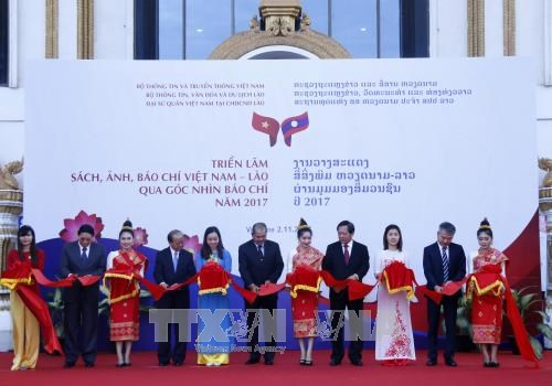 Exhibition reflects Vietnam-Lao ties through lens of the press hinh anh 1