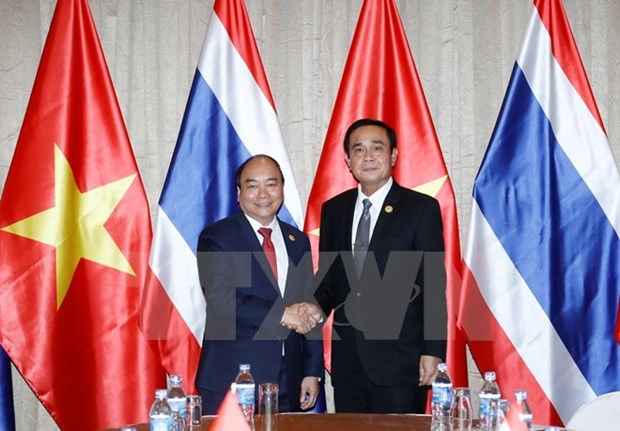 Vietnamese, Thai PMs meet on sidelines of APEC meeting hinh anh 1