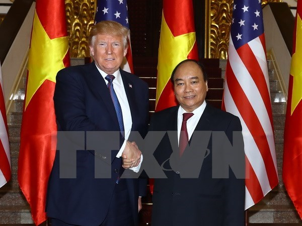 PM Nguyen Xuan Phuc meets President Trump in Hanoi hinh anh 1