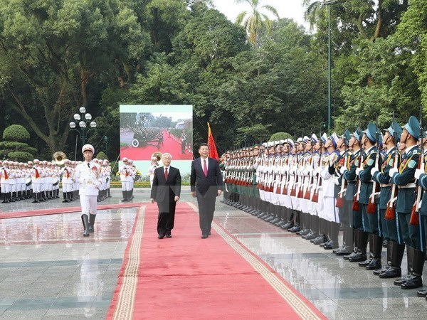 Party chief chairs welcome ceremony for Xi Jinping hinh anh 1