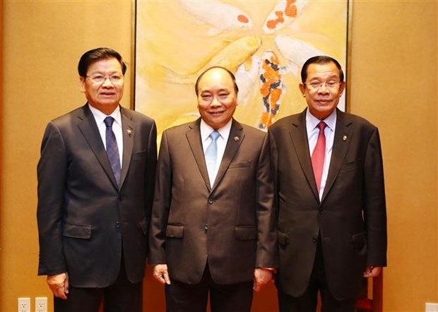 Vietnamese, Lao, Cambodian PMs review trilateral cooperation hinh anh 1