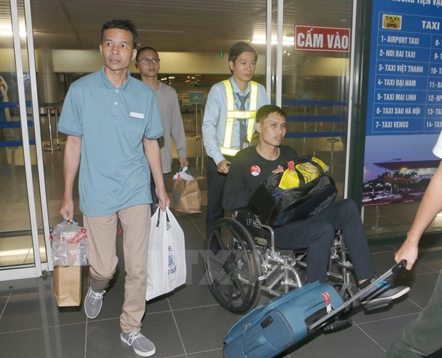 Vietnamese sailors rescued in Philippines return home hinh anh 1