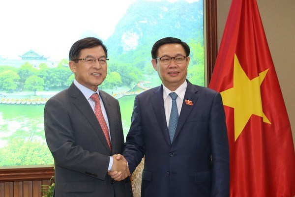 Deputy PM Vuong Dinh Hue meets with Samsung Vietnam leader hinh anh 1