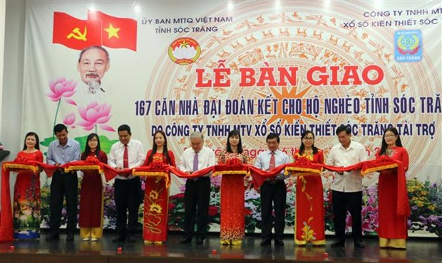 Houses presented to disadvantaged families in Soc Trang hinh anh 1