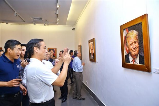 Mosaic ceramic paintings of APEC 2017 leaders displayed in Hanoi hinh anh 1