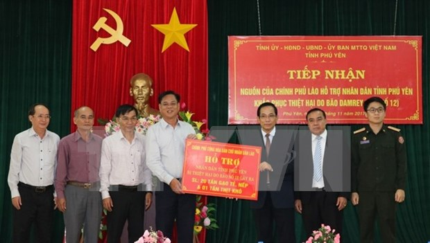 Laos provides relief to Phu Yen's storm victims hinh anh 1