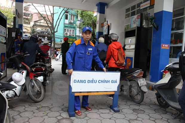 Petrol prices increase by over 400 VND per litre hinh anh 1