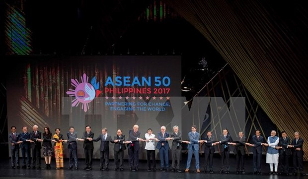 EAS leaders reaffirm importance of keeping peace, stability in East Sea hinh anh 1