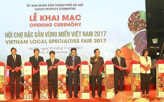 Vietnam Local Specialties Fair 2017 opens hinh anh 1