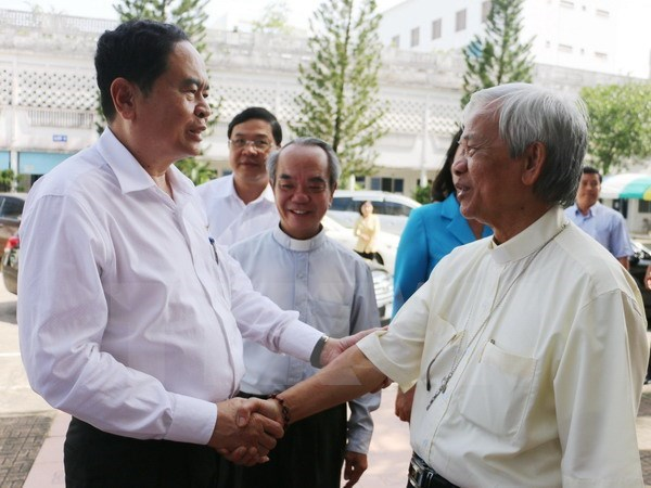 Fatherland Front leader visits Long Xuyen diocese ahead of Christmas hinh anh 1