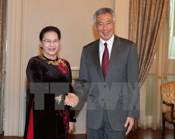 NA leader meets Singaporean PM hinh anh 1