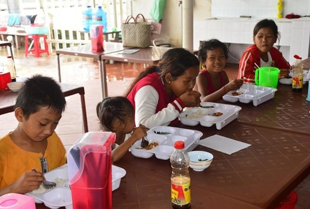 Sharing brings happiness: cheap meals for the poor hinh anh 1