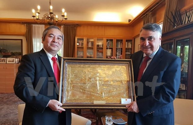 Ambassador presented with Grand Cross Order of Merit of Chile hinh anh 1