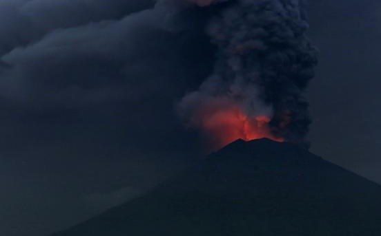 Vietnamese tourists warned to leave Bali over menacing volcano hinh anh 1