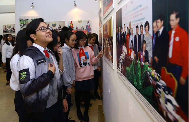 Photo exhibition on Vietnam, Laos relations opens in Hanoi hinh anh 1