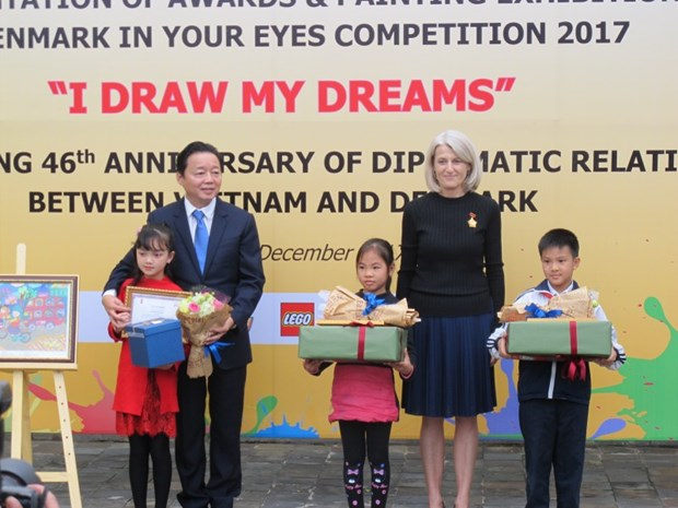 Danish Embassy in Vietnam awards winners of children painting contest hinh anh 1