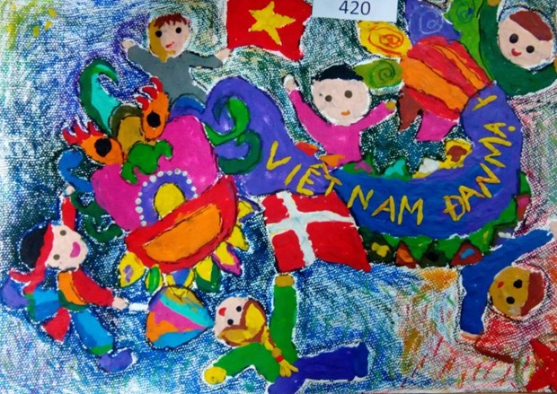Danish Embassy in Vietnam awards winners of children painting contest hinh anh 4
