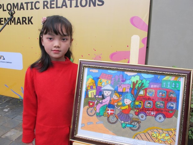 Danish Embassy in Vietnam awards winners of children painting contest hinh anh 2