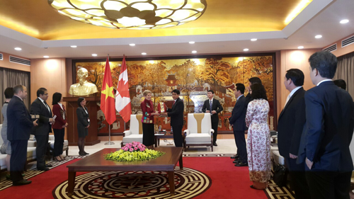 Hanoi leader receives Canada's Ontario Premier, Pakistani guest hinh anh 1