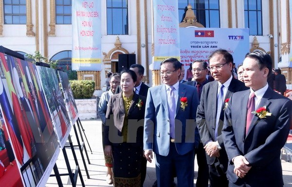 Photo exhibition on Vietnam-Laos relations opens in Vientiane hinh anh 1