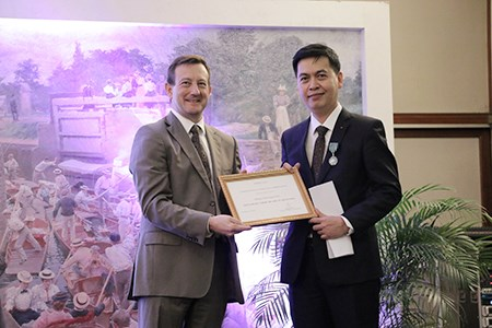 Vietnamese scholar presented with French chevalier hinh anh 1