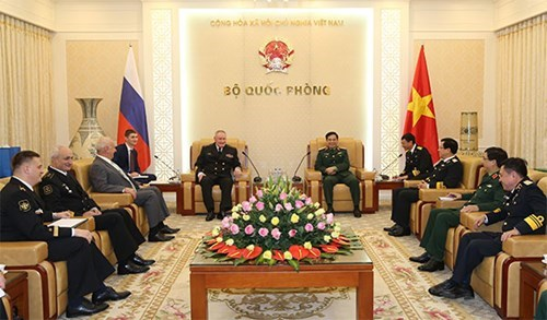 General staff chief Phan Van Giang meets Russian naval commander hinh anh 1