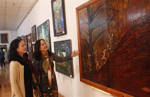 Fine art exhibition features Central Highlands land, people hinh anh 1