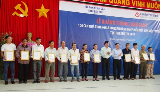 Ben Tre hands over 100 houses to policy beneficiaries hinh anh 1