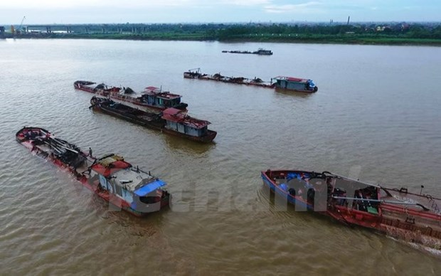 Illegal sand mining damages Hanoi's dyke hinh anh 1