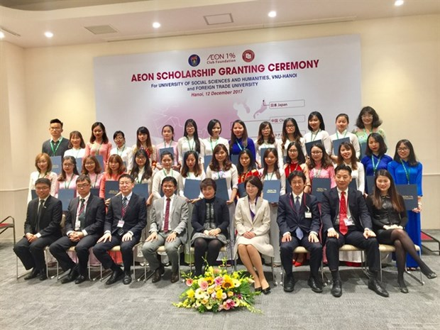 Vietnamese students receive AEON Scholarships hinh anh 1
