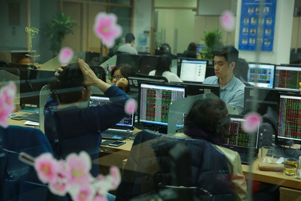 Shares fall on market volatility fears hinh anh 1