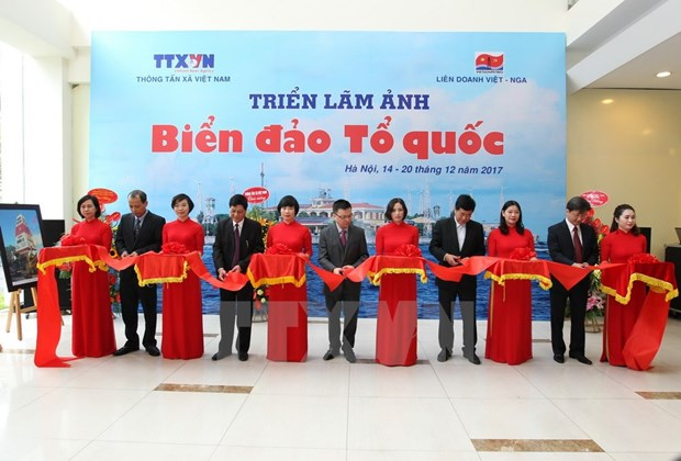 Photo exhibition features sea, islands in Hanoi hinh anh 1