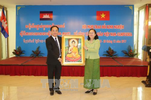 Cambodia, Vietnam share experience in religious management hinh anh 1
