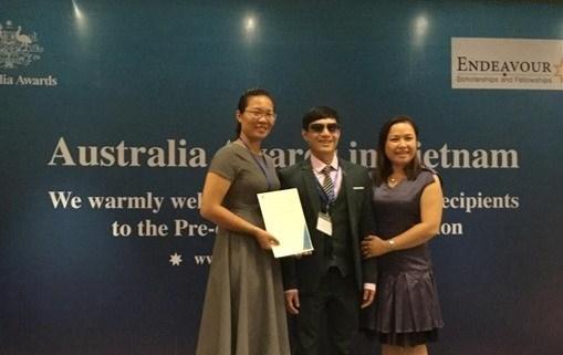 Blind teacher wins top scholarship for social work hinh anh 1