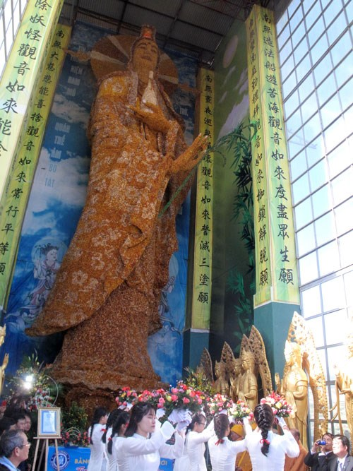 Vietnam's flower Buddha statue sets world record hinh anh 1