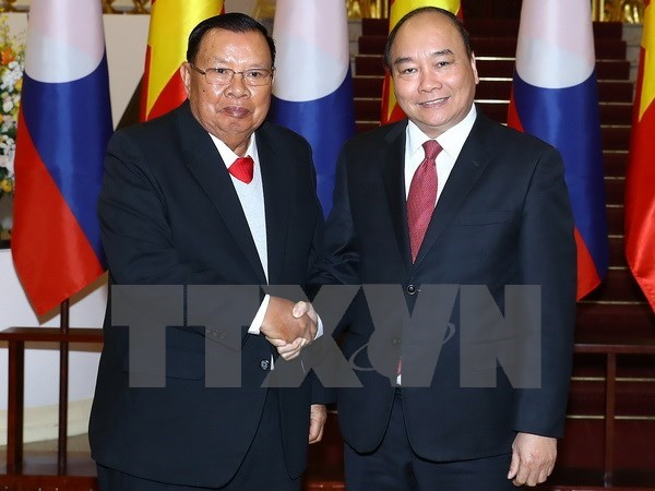 PM Nguyen Xuan Phuc meets Lao Party and State leader hinh anh 1