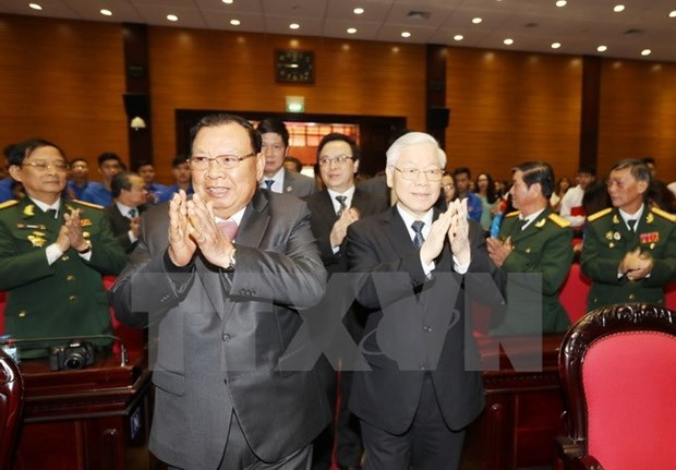 Lao leader talks with former Vietnamese volunteer soldiers hinh anh 1