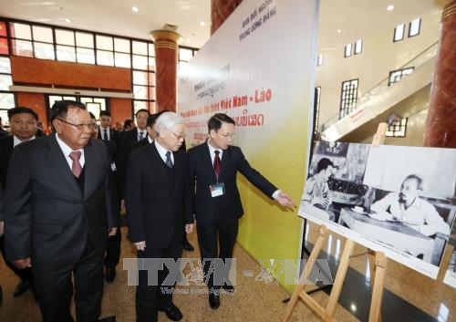 Vietnamese, Lao leaders attend exhibition on special solidarity hinh anh 1