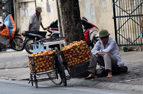 Hanoi seeks to protect sidewalks from drivers hinh anh 1
