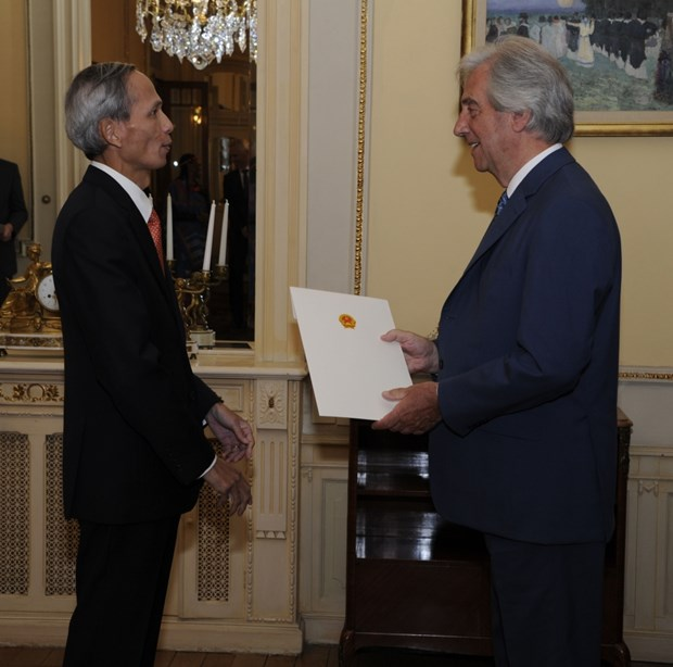 Vietnamese Ambassador presents credentials in Uruguay hinh anh 1