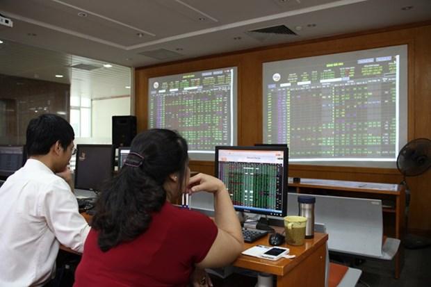 Shares mixed, market cap hits 74.6 percent of GDP hinh anh 1
