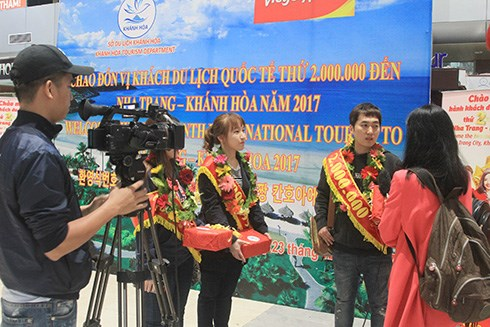 Khanh Hoa welcomes 2 millionth foreign visitor in 2017 hinh anh 1