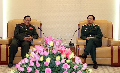 Vietnamese, Lao air forces intensify cooperation hinh anh 1