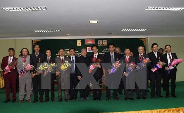 Cambodia presents friendship order to Vietnamese diplomats and pressmen hinh anh 1