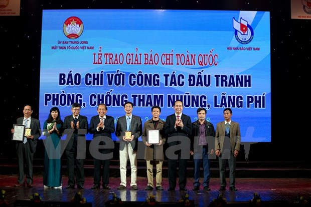 Journalists honoured for anti-corruption efforts hinh anh 1