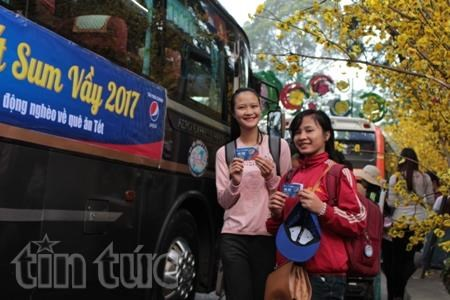 Poor students gifted bus tickets to return home for Tet hinh anh 1