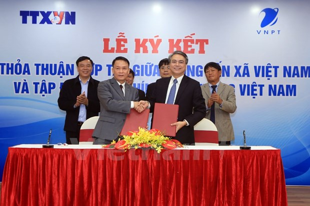 Vietnam News Agency signs cooperation agreement with telecom group hinh anh 1