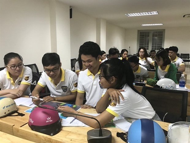 Students learn safe driving skills hinh anh 1