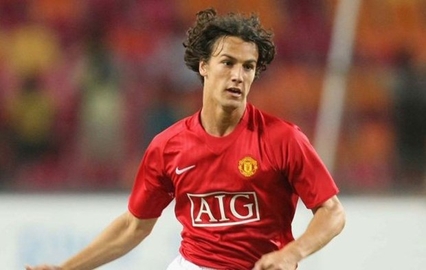 HCM city signs contract with former MU footballer hinh anh 1