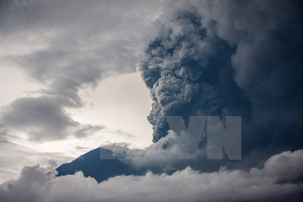 Volcano in Bali island active with 2,500m ash column hinh anh 1